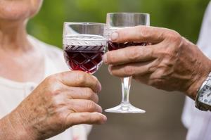 senior-couple-drinking