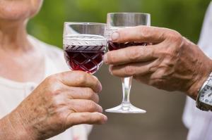 senior-couple-drinking